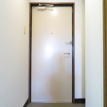 玄関はお一人様用(※写真は1階同間取り別部屋のものです)