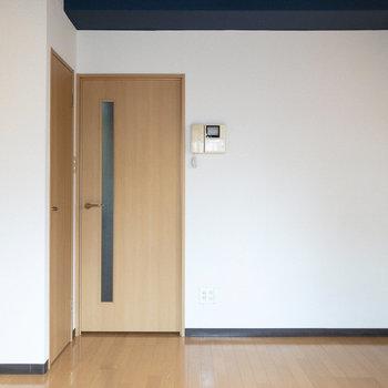 廊下に繋がるドアの横にはモニターホン。