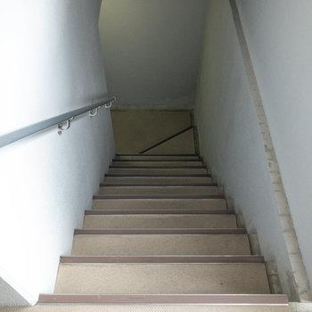 階段を使ってエントランスに行くこともできます。