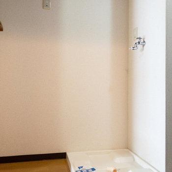 キッチンのすぐ横のスペース。左側は冷蔵庫置き場、右側は洗濯機置き場になっています。