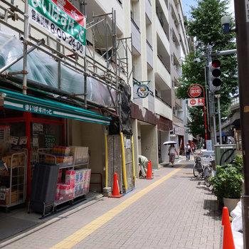 甲州街道沿いの建物で周りにはスーパーや飲食店が並んでいました。