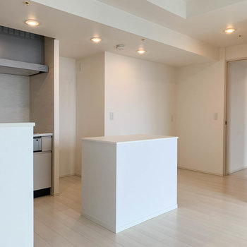 【LDK】キッチンを通り過ぎて廊下沿いに洋室が2部屋。キッチンの詳細は一旦後に。
