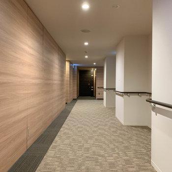 共用部の廊下へ。