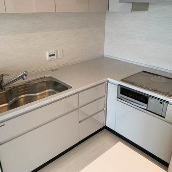 【LDK】キッチンの細部へ。広々としていて、調理家電を置くスペースもあります。