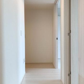 廊下へ。右側に洋室が2部屋あります。