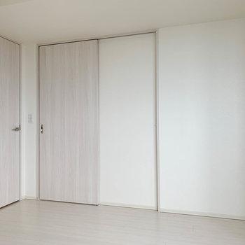 【洋室5.4帖】右の扉がLDK。左の扉がWIC(ウォークインクローゼット)