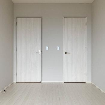 【洋室6.3帖】窓側から。右の扉はWIC(ウォークインクローゼット)です。