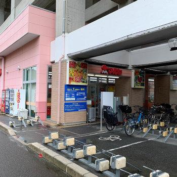 駅の高架下にスーパーもあります。