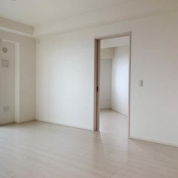 【LDK】窓を正面にして、右に洋室が一部屋。