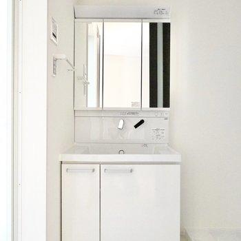 脱衣所に入って正面には大きな鏡のシャンプードレッサー。こちらもスッキリとしたデザイン。