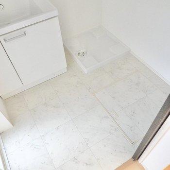 その右手には洗濯機置き場。脱衣スペースはゆとりがあり、収納を置くこともできそう。