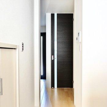 収納右手のドアの先にはその他の水周り。正面にトイレ、右手に脱衣所です。