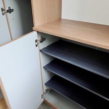 靴箱の下段には1列3足ほど入りそうな棚が4段。その上はモノが置けるスペースになっています。