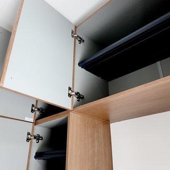 上部はザックリとした棚。右に大きいものと、左に小さいものがあります。