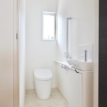 かなり奥行きのあるトイレです。窓があっても換気もしやすい。