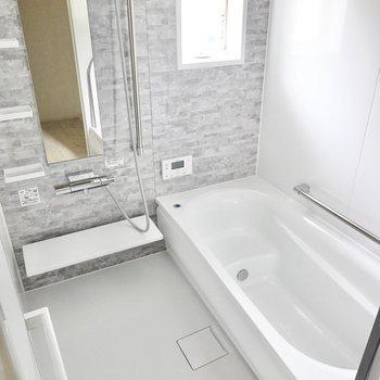 足を伸ばせる大きな浴槽!洗い場も広いので子どもと一緒に。追い焚きと浴室乾燥機付き◎