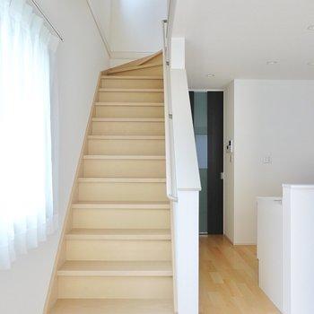 LDKの素敵な階段を上がって2階へ。