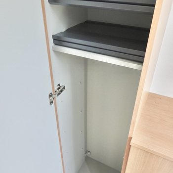 サイドの棚は縦に長め。棚の高さを変えられるのでサイズの大きなモノも収納できます。