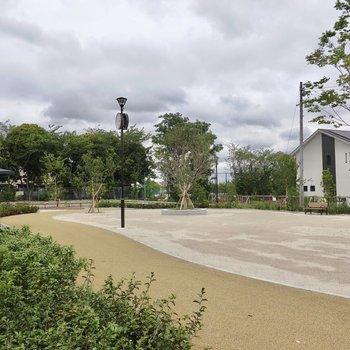 お部屋の近くでは公園が完成間近でした!完成したら子どもと一緒に遊びたいですね◎