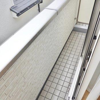 ベランダは南の洋室の外に。細長くコンパクトですが室内からの洗濯物の出し入れが簡単です。竿受けは無いので用意が必要です。