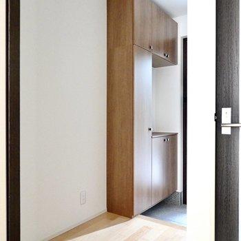 玄関はトイレの横に。天井まで高さのある靴箱が備え付けです。