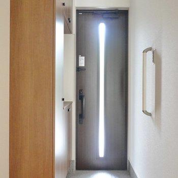 黒い玄関ドアがシックで素敵。ここにも手すり付きなので、荷物が多い際には重宝しそうですね。