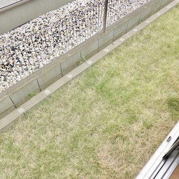 LDKの外は芝生が養生された専用庭。洗濯物干し以外にも、子どものちょっとした遊び場に使えそう。