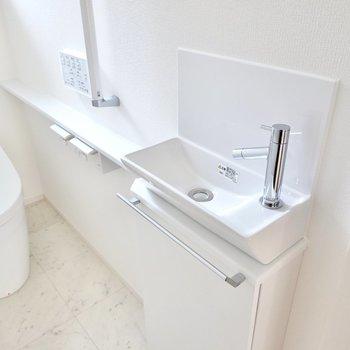 タオルバーの付いた手洗い器もあります。手洗いの習慣が身につきますね。
