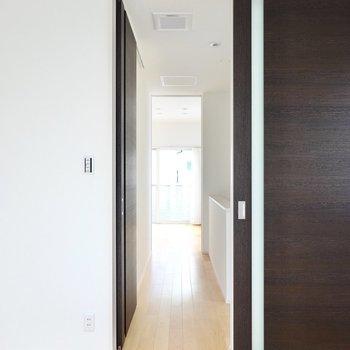 2つの洋室を繋ぐ廊下には、なんと納戸まであるんです!