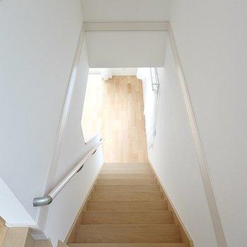 階段を降りて1階へ戻ります。手すり付きなので小さなお子さんの上り下りも少しは安心ですね。