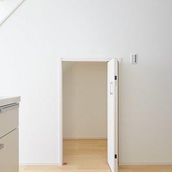 キッチン横にはコンパクトな階段下収納。掃除機など生活道具の置き場にピッタリ。
