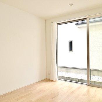 大きな窓のLDK。アースカラーのソファに大型テレビを置いてドラマのような家族の暮らしを。