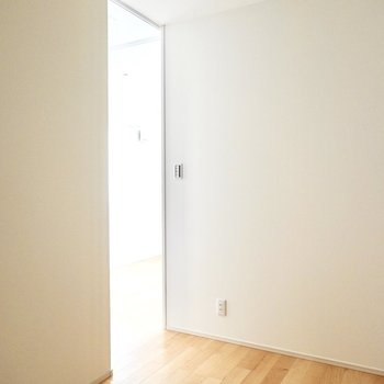 エアコンが無いので湿気がこもりそうですが、ドアを開ければ通風は確保できそうです。