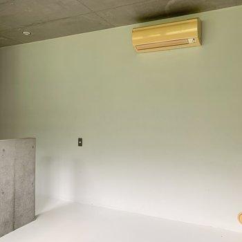 【洋室】収納がなくスッキリとしています。お好きな場所にラックを置いちゃいましょう。