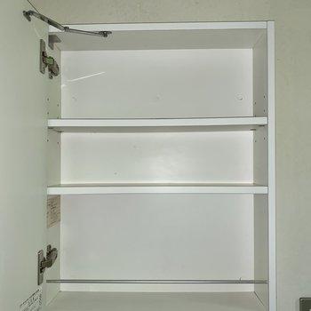 洗面台はシンプルですが、鏡裏に収納があります。歯ブラシなどはここに。※写真はフラッシュを使用しています