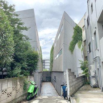 外観もコンクリート。閑静な住宅街にあります。