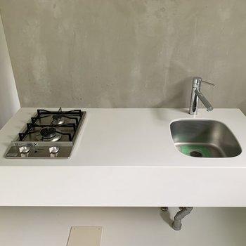【LDK】キッチンは作業スペースがしっかりと。シンクは小さめなので、洗い物はこまめに。