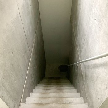 さあ、玄関へ!階段はちょっと急なのでお気をつけて。※写真はフラッシュを使用しています