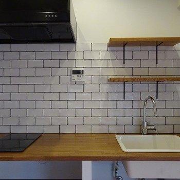 キッチンのタイルがかわいい。作業台が木製なのもカントリー調でおしゃれ。※前回募集時の写真です