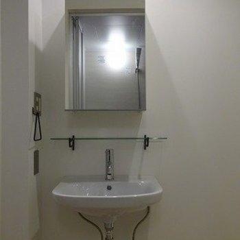 独立洗面台はちょっぴり小さめ。※前回募集時の写真です