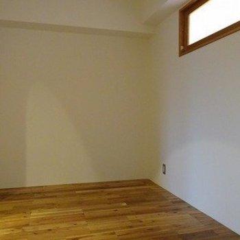 洋室はふたつありますがどちらも4.5帖ほどの広さがあります。寝るには充分な空間。※前回募集時の写真です