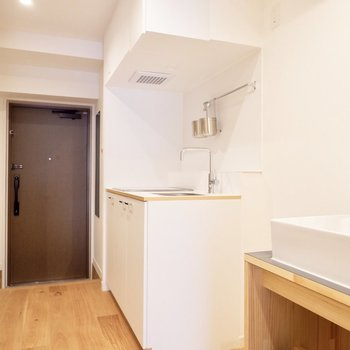 キッチンのお隣に独立洗面台です