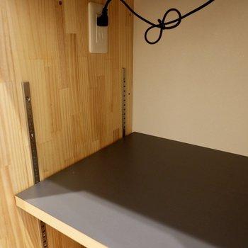 棚は高さ調整が可能です。家電のサイズに合わせられますね。コンセント付き。