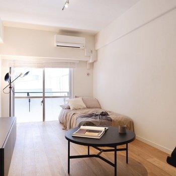 シンプルなゆとりある1Rです。※家具はサンプルです