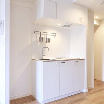 キッチンすぐ横に冷蔵庫置場があります。