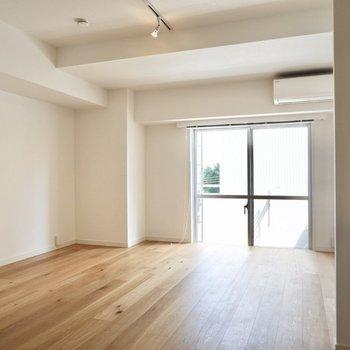 9帖ほどの洋室は光もたっぷり入り、開放感があります。