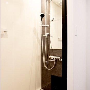 ホテルライクな浴室。シックな雰囲気がいいですね。