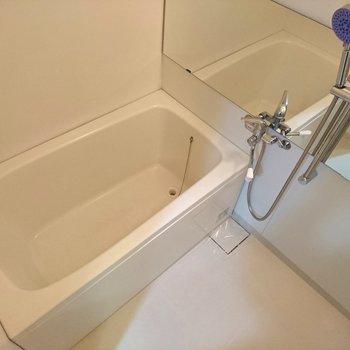お風呂はシンプル、しっかりシャワー水栓ですよ(※写真は10階同間取り別部屋のものです)