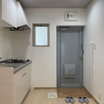 キッチンの後ろには玄関があります