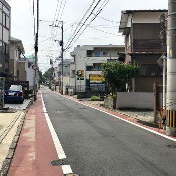 すぐに一本道へつながります。道路は整備されていて落ち着いた印象。